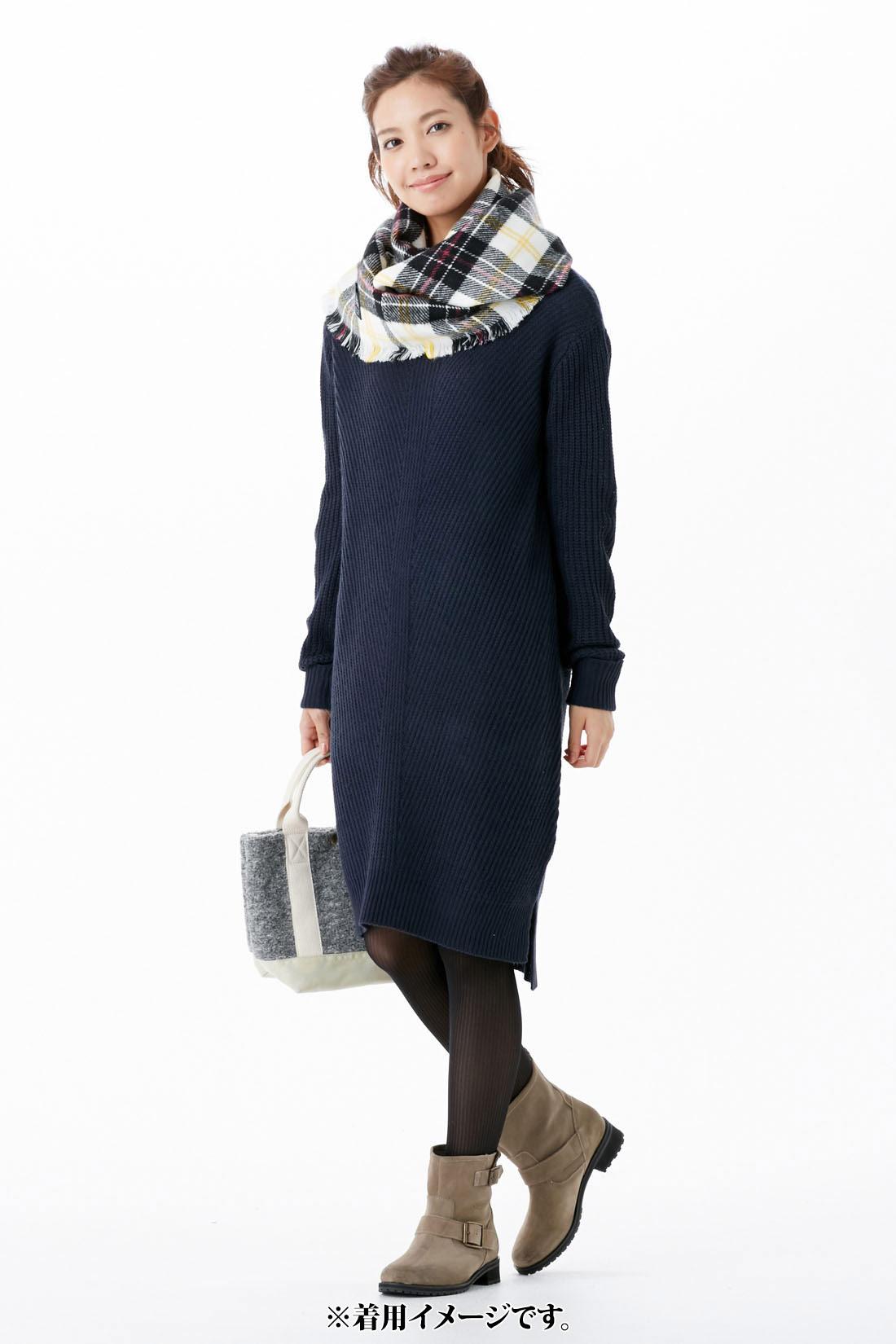 シックな【ネイビー】 袖口は折り返し仕様で、メリハリ感をプラス。 縦目線を作る編み地で、着るだけでほっそり見えます。