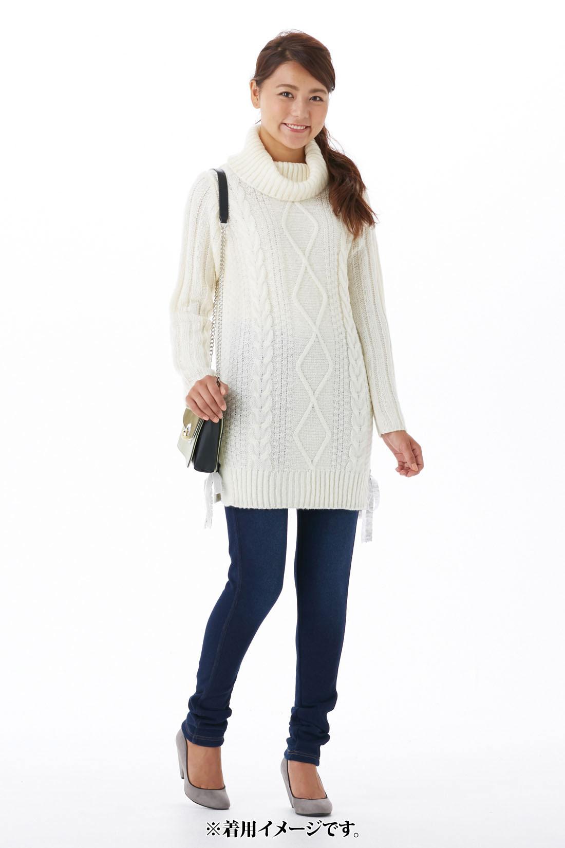 カジュアルな【オフホワイト】 袖は、腕がほっそり見える太リブ編み。 サイドはニットリボンの編み上げでさりげなく華やかに。
