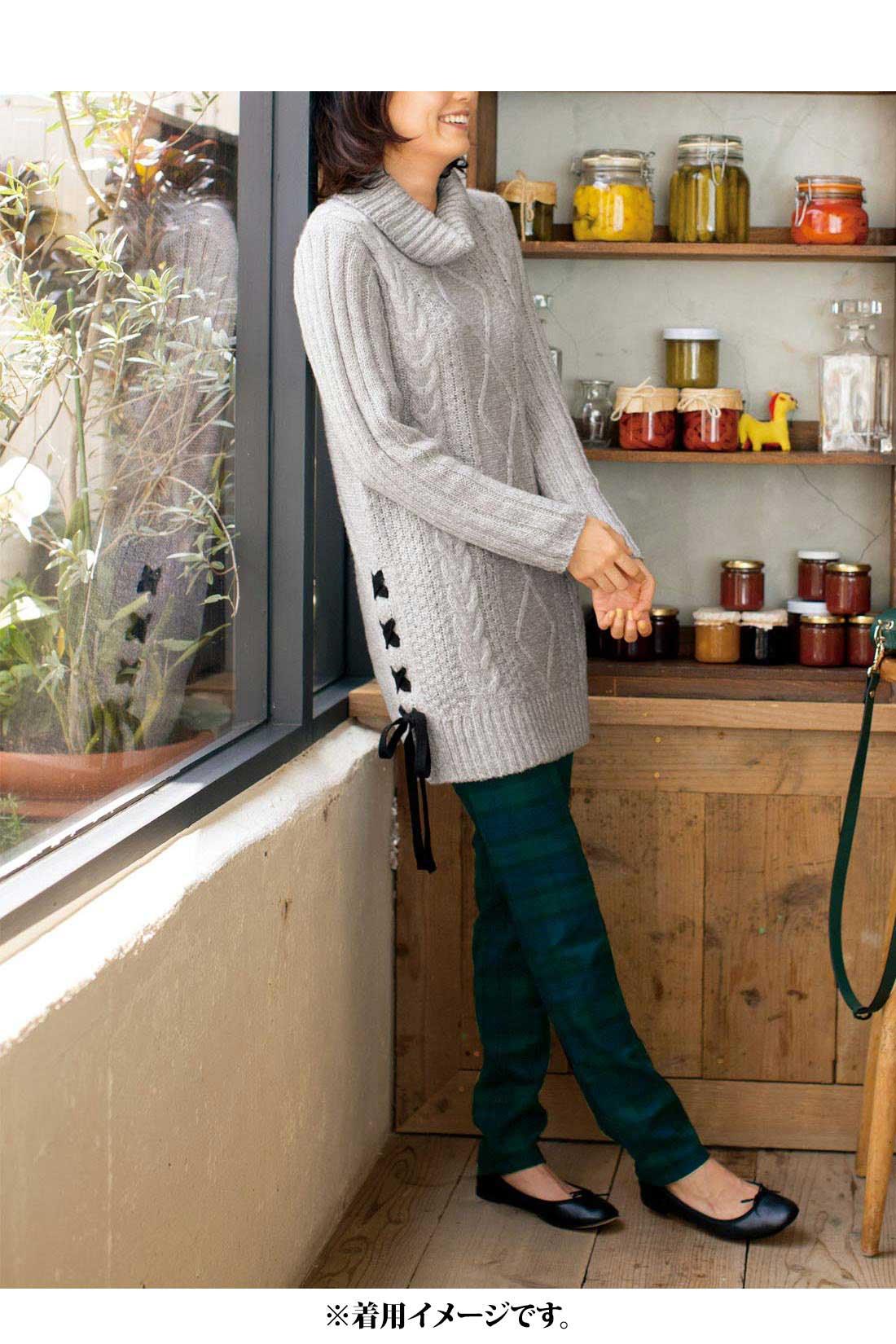 軽やかな【杢グレイ】 袖は、腕がほっそり見える太リブ編み。 サイドはニットリボンの編み上げでさりげなく華やかに。