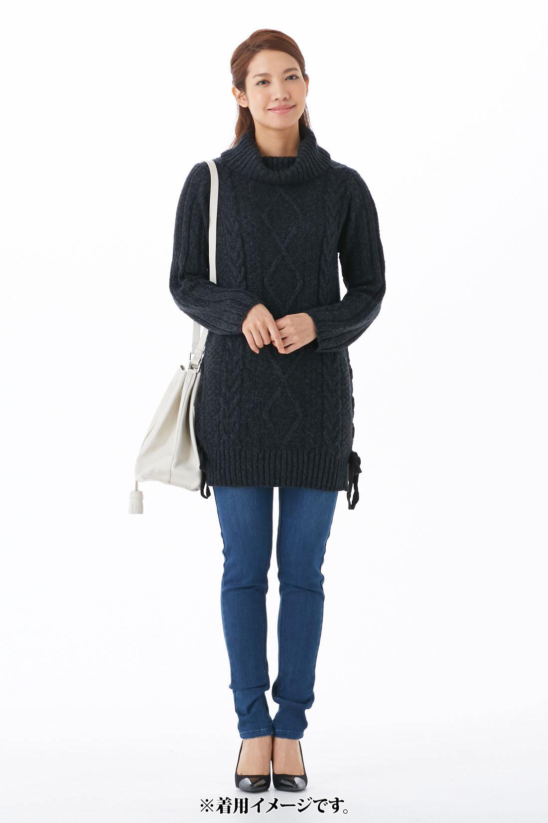シックな【チャコールグレイ】 袖は、腕がほっそり見える太リブ編み。 サイドはニットリボンの編み上げでさりげなく華やかに。