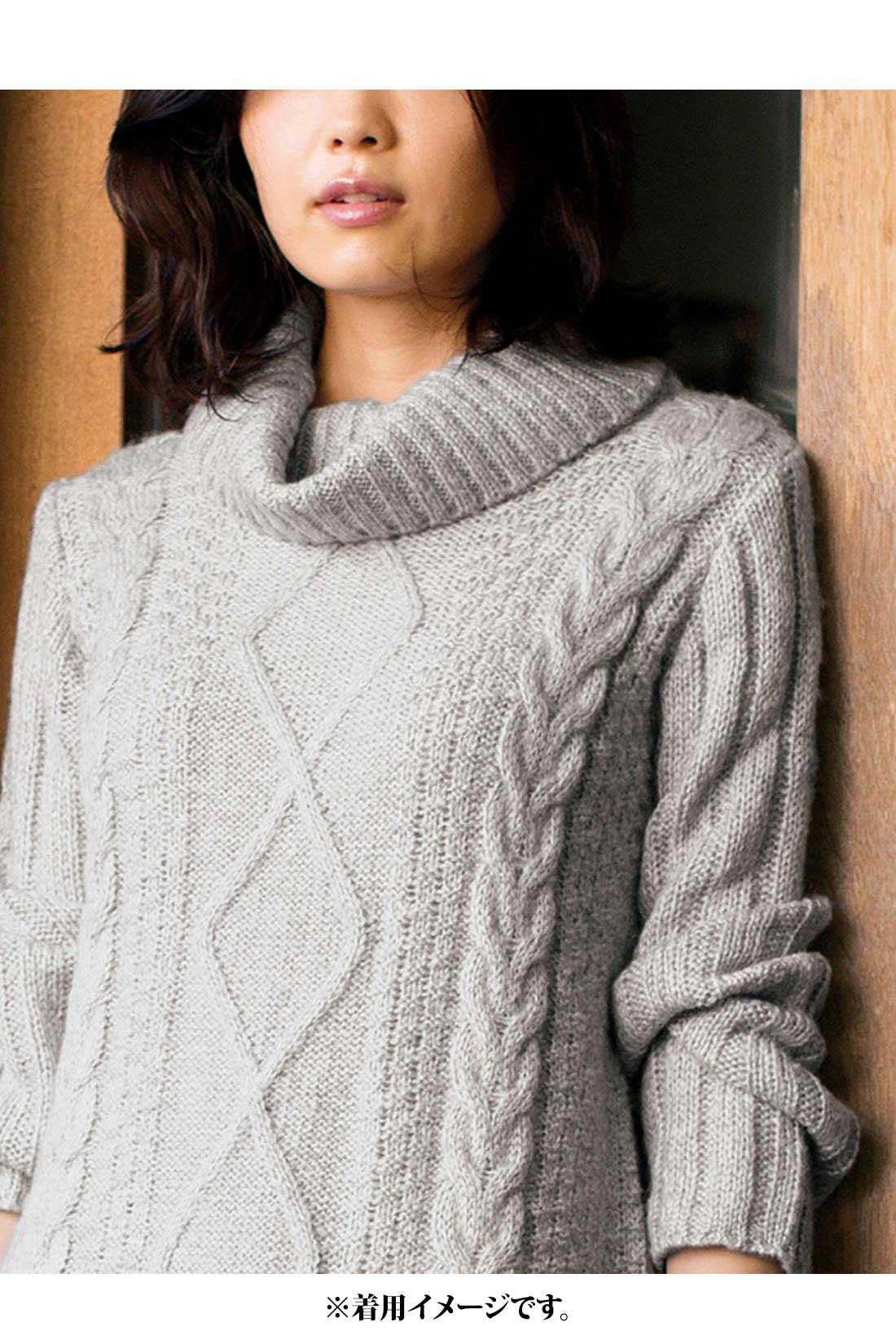 ケーブル編みの縦ライン効果ですっきり見え。 ※着用イメージです。お届けするカラーとは異なります。