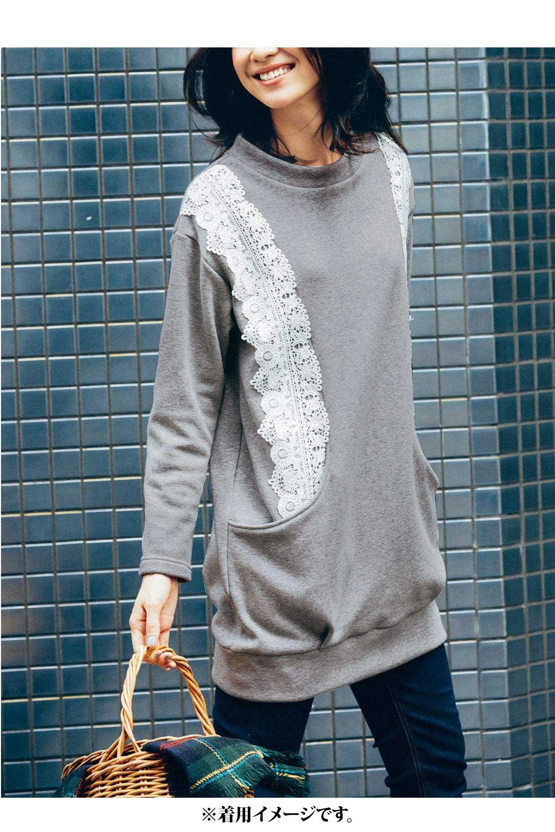 どんなスタイルにも使いやすい【杢グレイ】 太めの衿ぐりの切り替えで顔まわりにニュアンス。 バックはレースなしでスッキリ。 大きめポケットが便利!