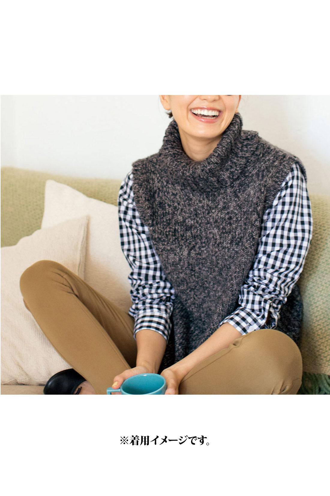 トラッド感のある【ブラック】 ニットの後ろすそは、ヒップをカバーする長め丈。 サイドスリットのまわりは編み地を変えることでメリハリ効果UP!腰まわりのもたつきも解消します。