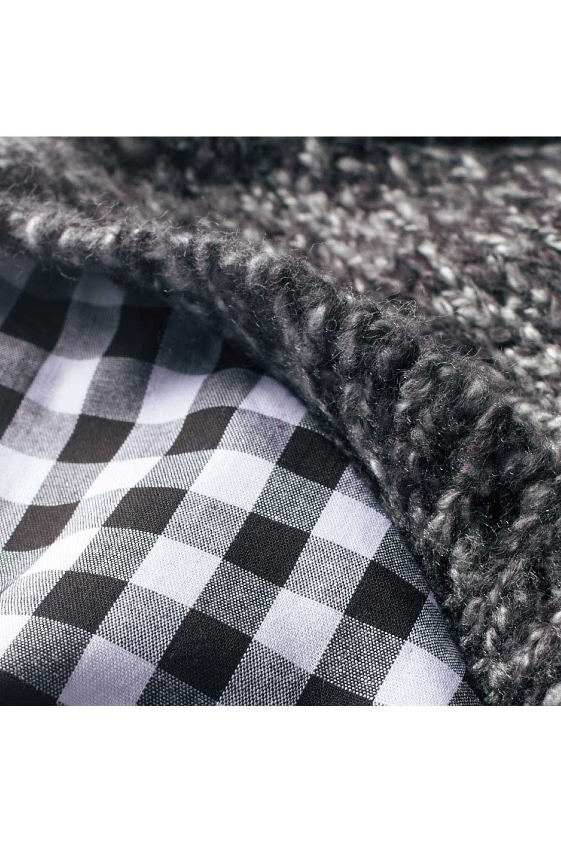 肩の部分で、ニットとシャツ袖との重なりを微調整して、自然な重ね着感のあるドッキングに。 ※お届けするカラーとは異なります。