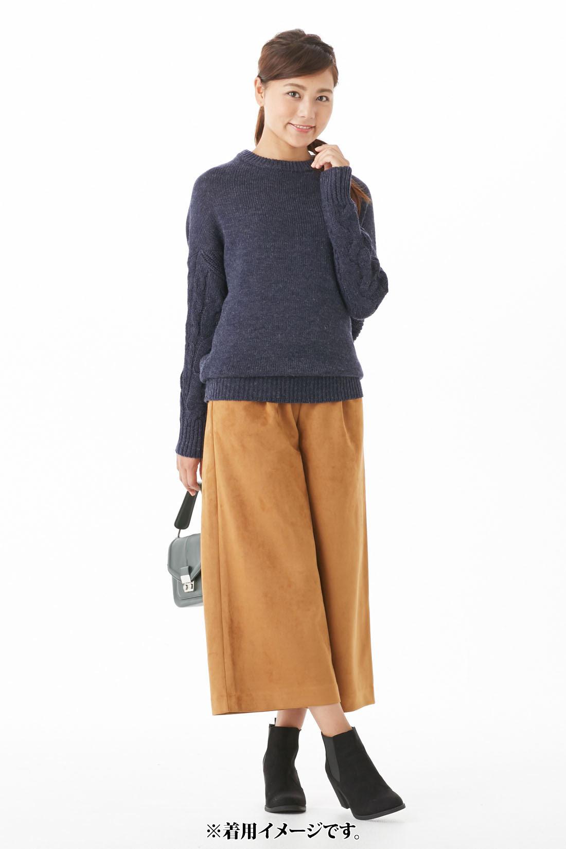 凛と上品な印象の【杢ネイビー】 一枚でも着やすいほどよい開きのネック。