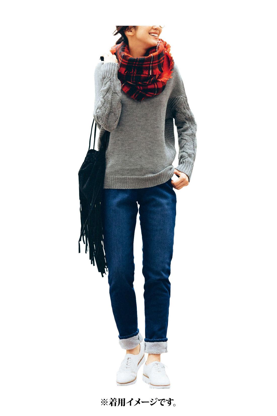 どんなコーデにも合わせやすい【杢グレイ】 一枚でも着やすいほどよい開きのネック。