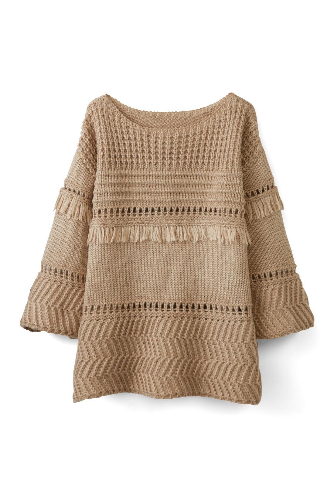 タートルに透かし編みニットを重ねて、冬コーデにスイッチ。ワントーンでまとめて、ベージュのやさしい魅力を生かしたスタイルに。