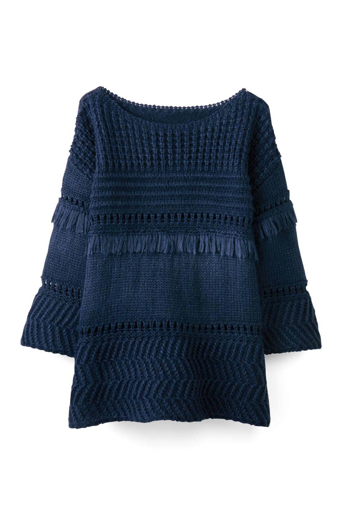 ふんわりした糸で編んだやさしげな風合いと腰にかかる丈感は、スカートとも好相性。足もとはバレエシューズで軽やかに。