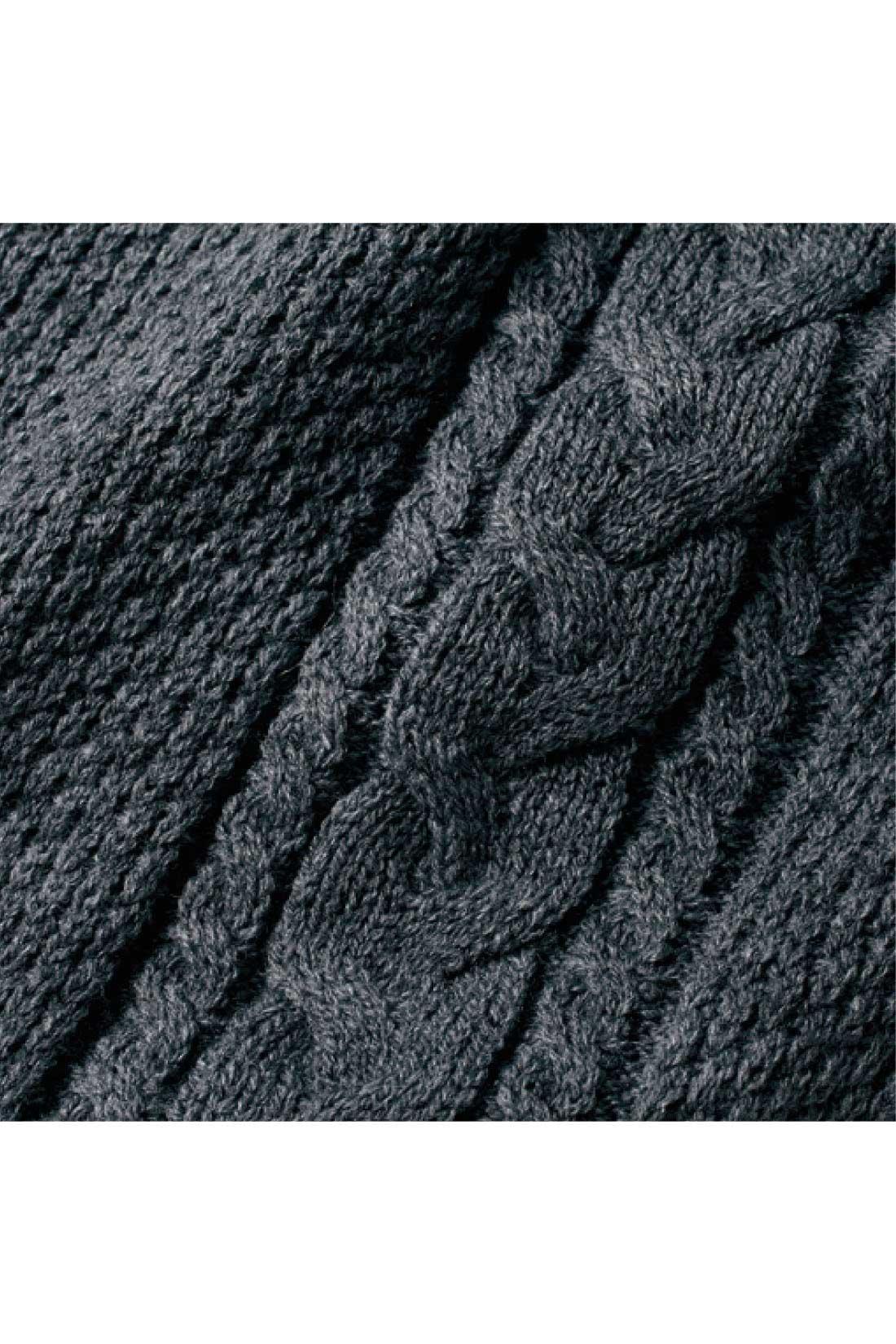 縦に入れたケーブル編みでスッキリ細見せ。 ※お届けするカラーとは異なります。