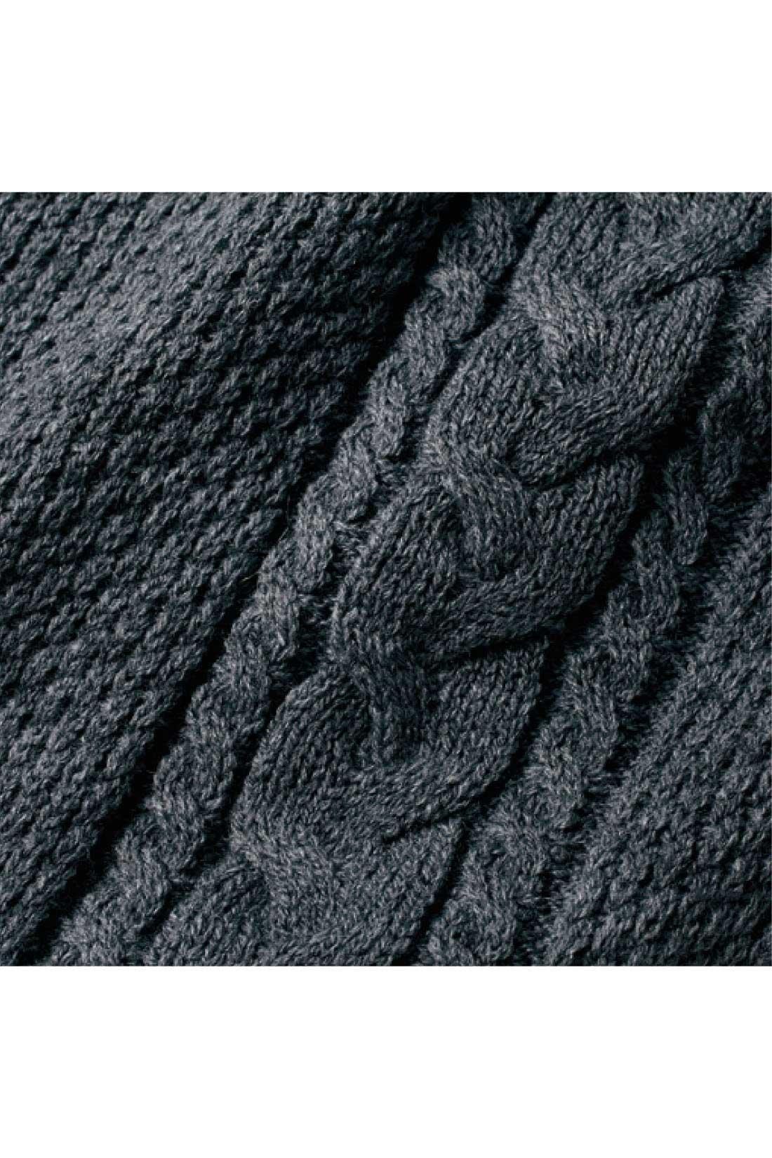 縦に入れたケーブル編みでスッキリ細見せ。
