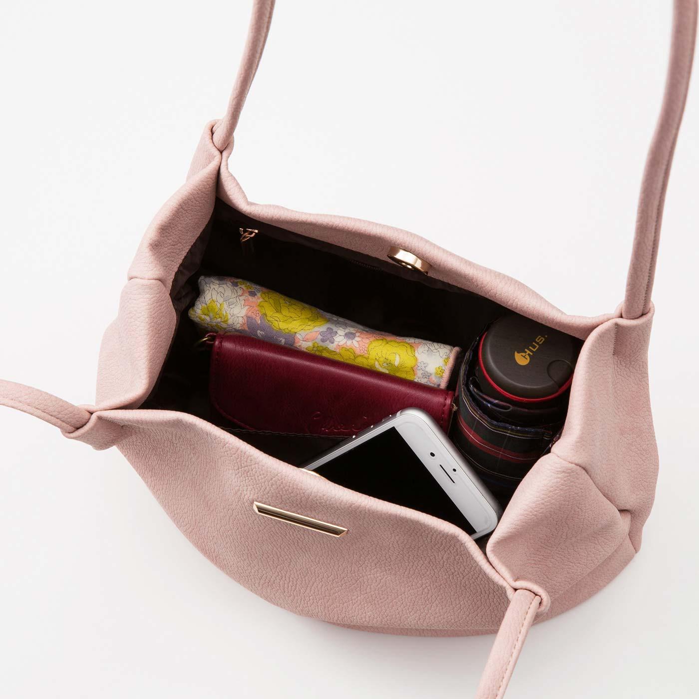 ハンカチ・スマートフォン・手帳・傘・長財布など見た目よりたくさん入ります。