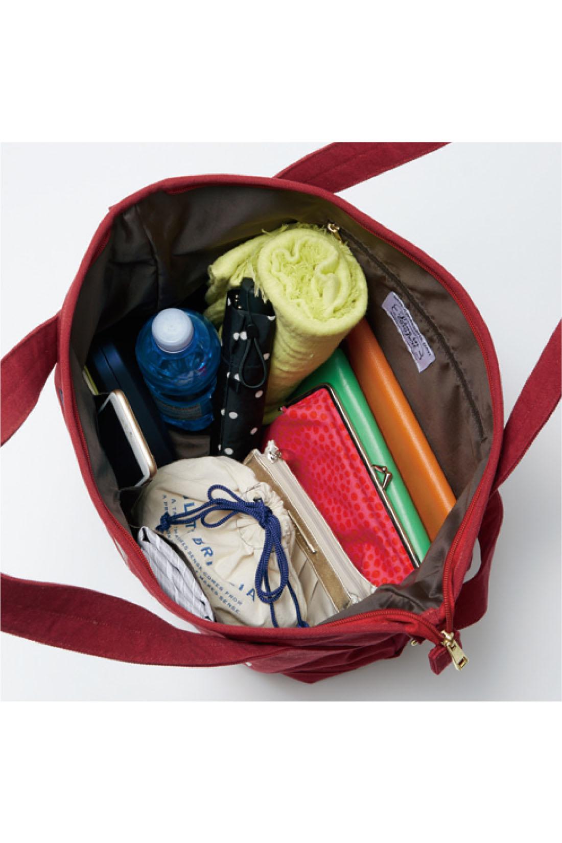 内側はポリエステルの裏地付きで、汚れにくい。豊富なポケットで整理しやすく使いやすさ満点。 ※お届けするカラーとは異なります。