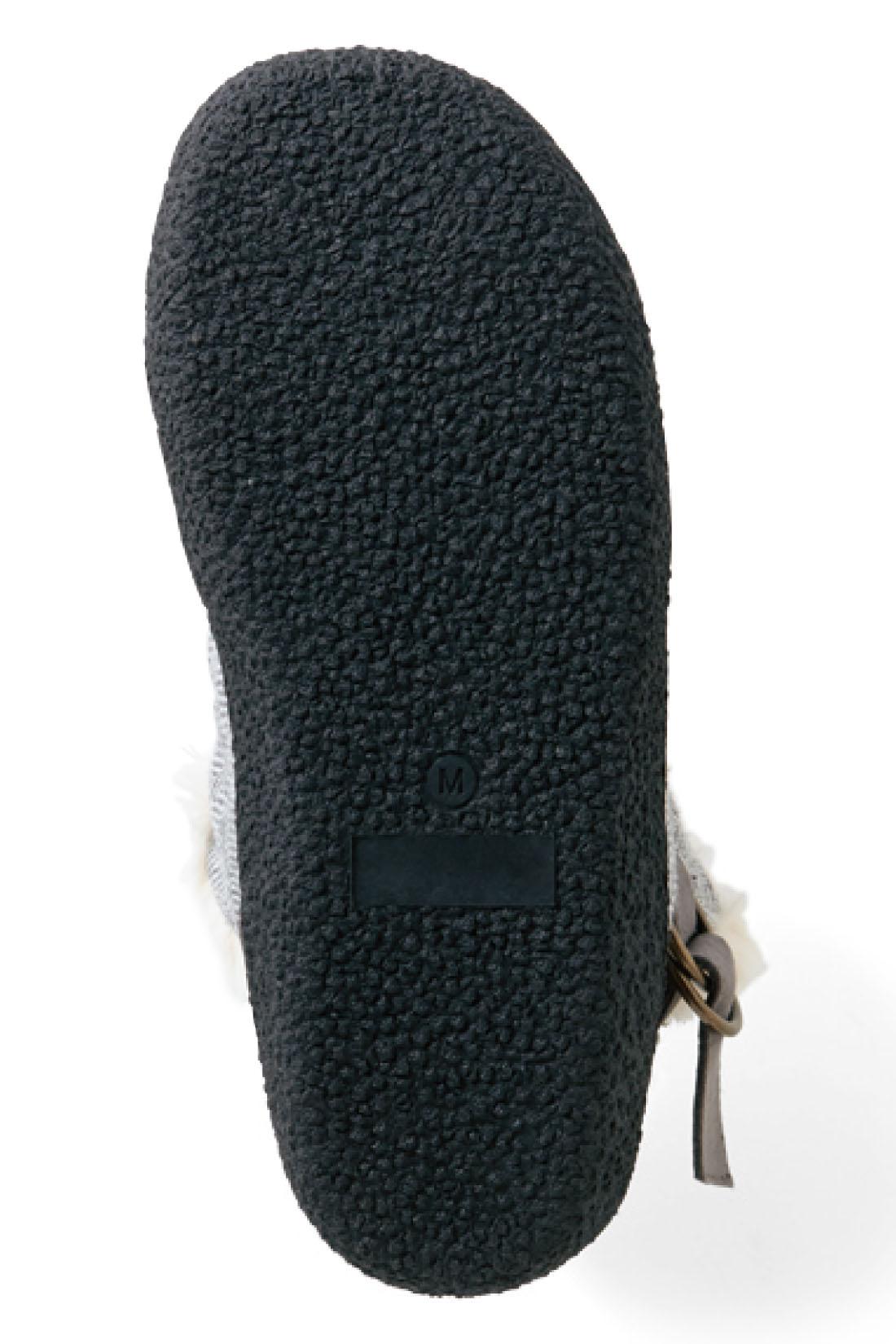 SOLE 滑りにくく、歩きやすいがっしりゴム底。