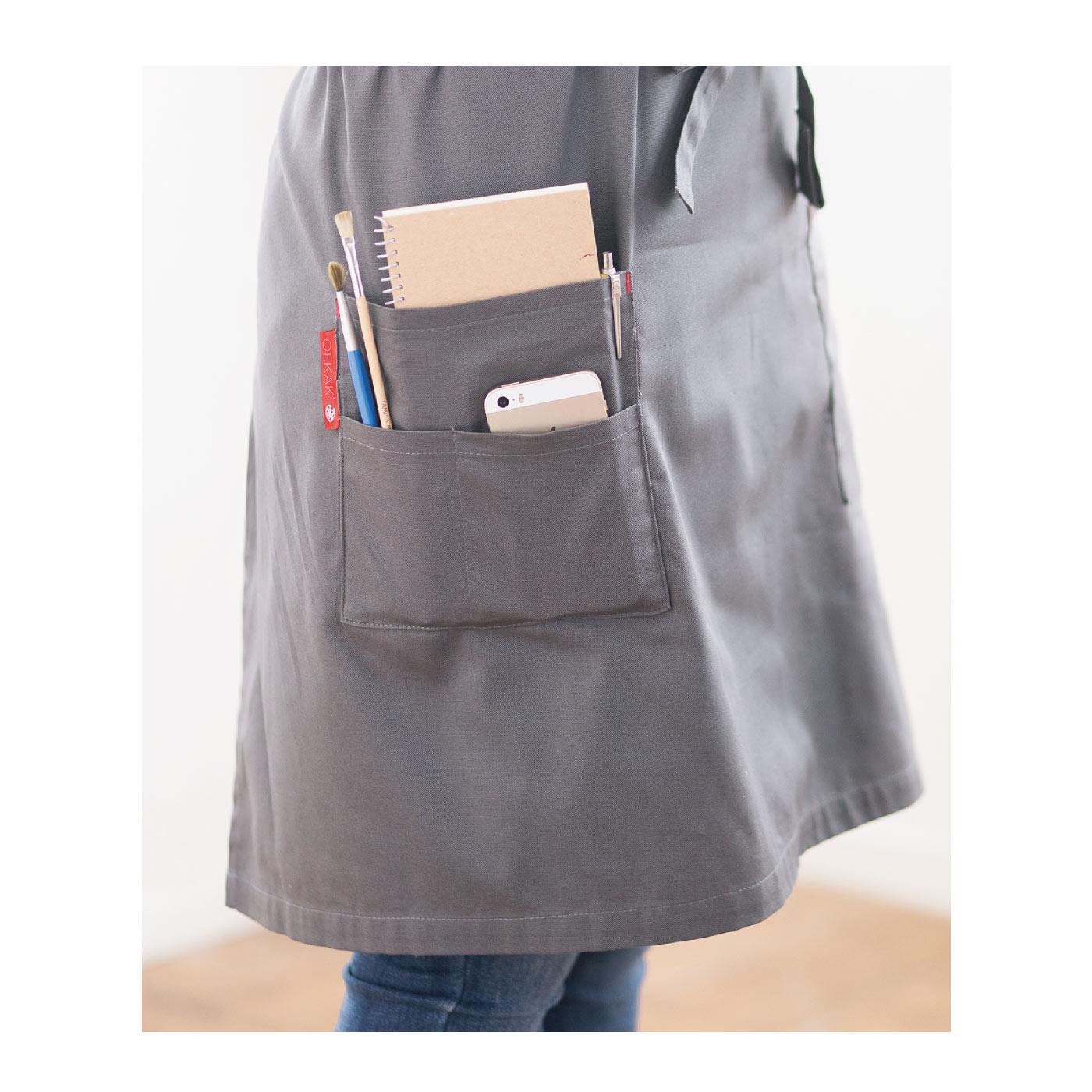 大人用は仕切り付きの大きめポケットで、携帯など小物収納にぴったり!