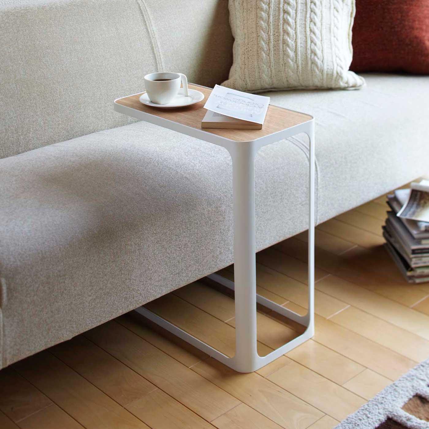 ソファ下に差し込める、快適なサイドテーブル。