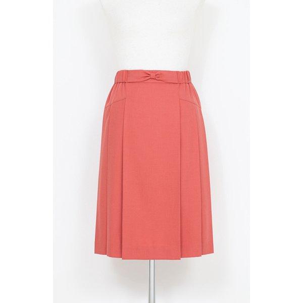 軽やか素材のサンゴ色スカート