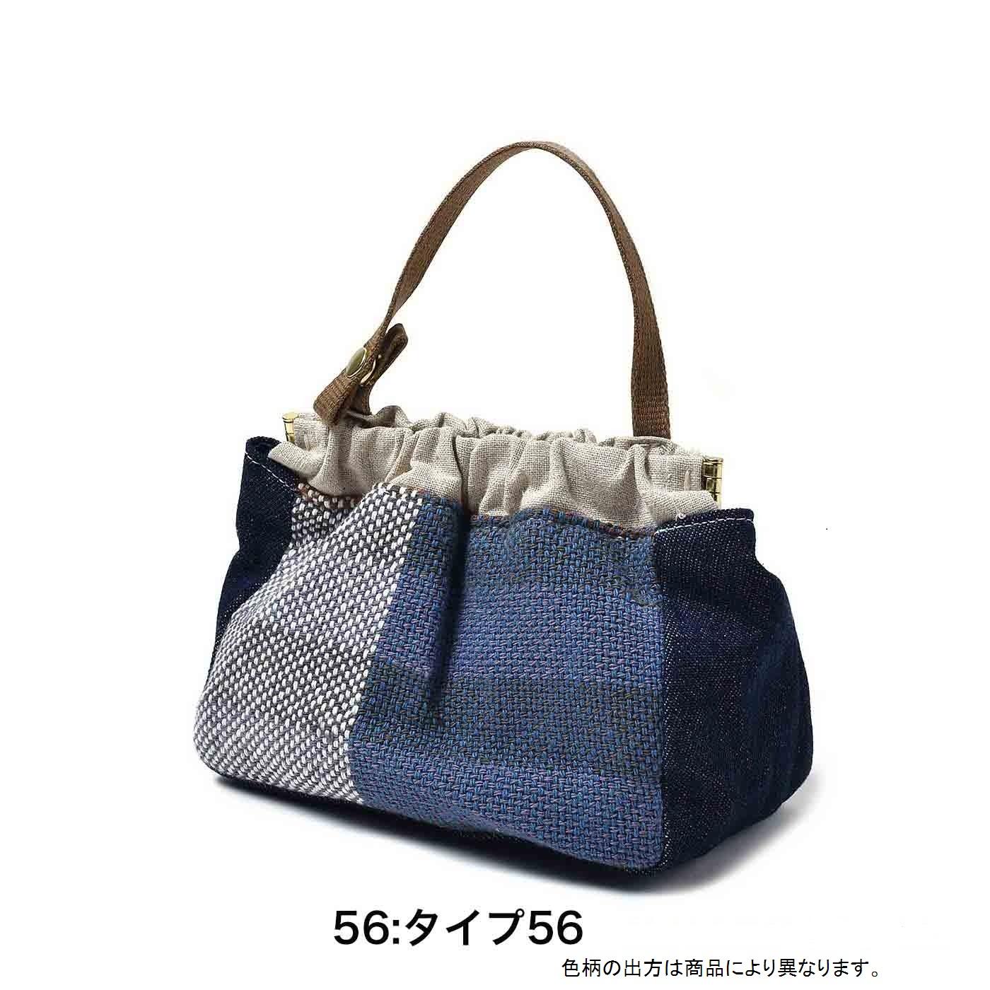 ホック付きだから、お手持ちのバッグの持ち手に取り付けることも。