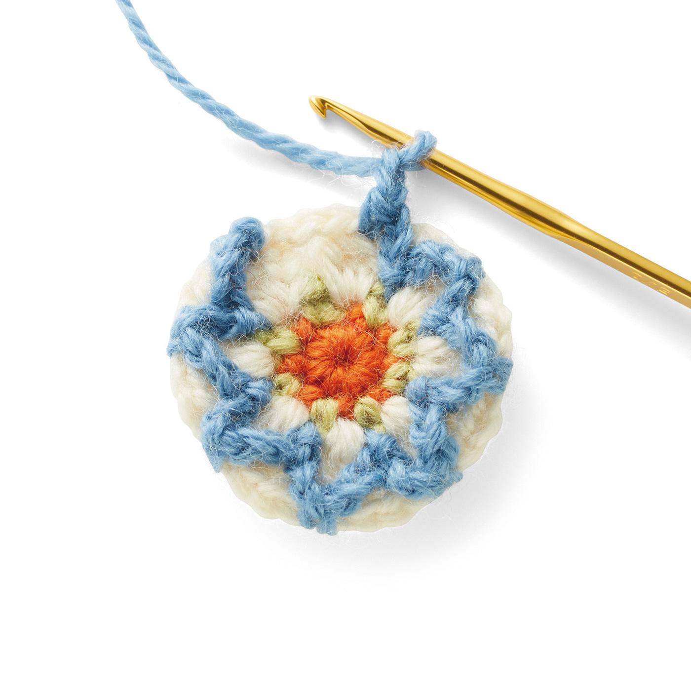 1つずつモチーフを編み、バッグにあしらいます。