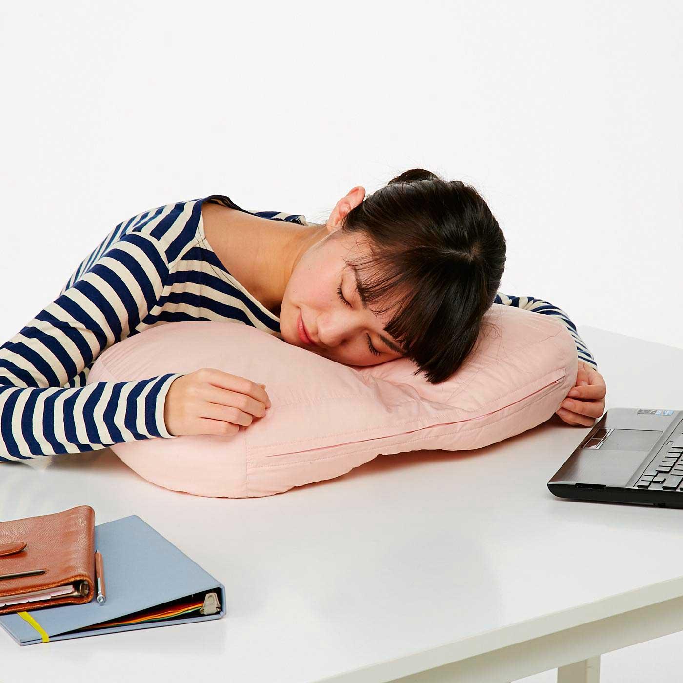 デスクでお昼寝するときも呼吸がらくらく。