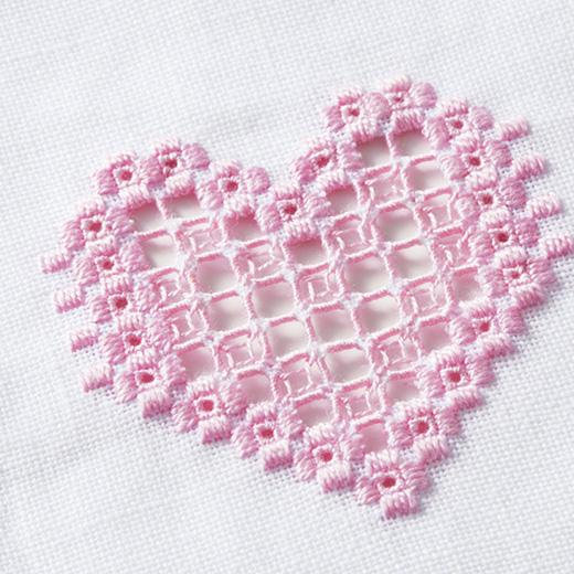 通常白糸が使われるハーダンガー刺しゅうをやさしいピンクで愛らしく。