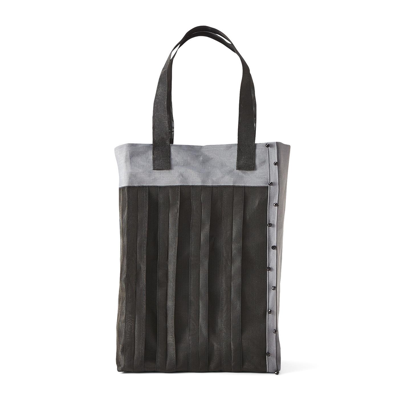 漆黒(しっこく)色の縦型トートバッグ 縦約33.5cm、横約29cm、まち幅約5cm