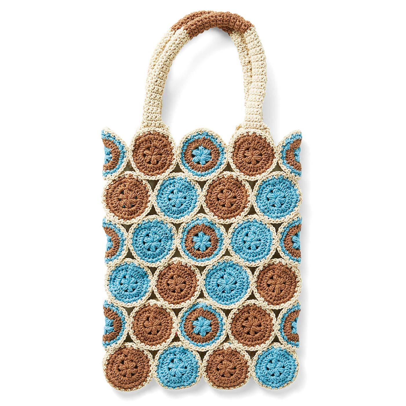 ブルーが映えるモチーフつなぎの縦長バッグ 縦約28cm、横約21cm ※すべて持ち手を含まないサイズです。