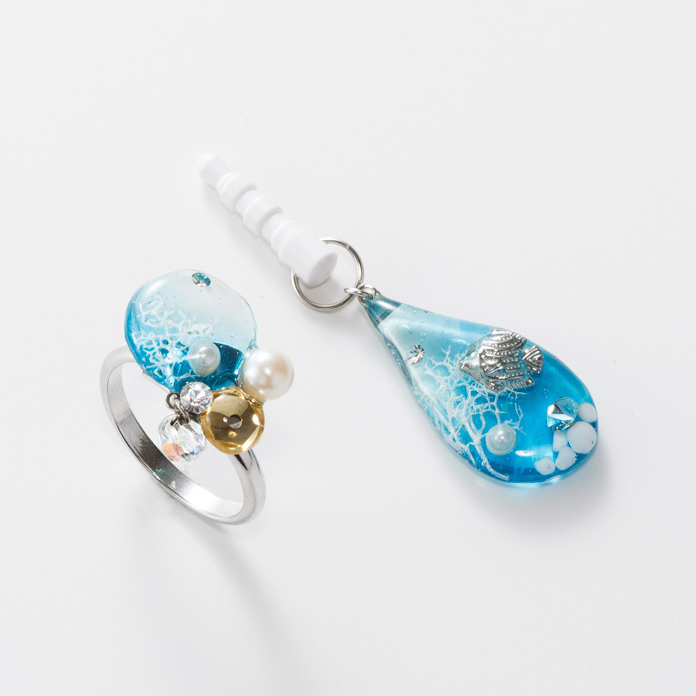しずくのイヤホンジャック&泡のリング 小さな青い海に優雅に泳ぐ魚と、海の中の泡をイメージしました。