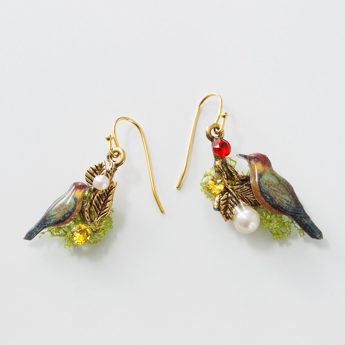 小鳥のピアスまたはイヤリング 枝にとまる小鳥が木の実をついばむ姿にしました。