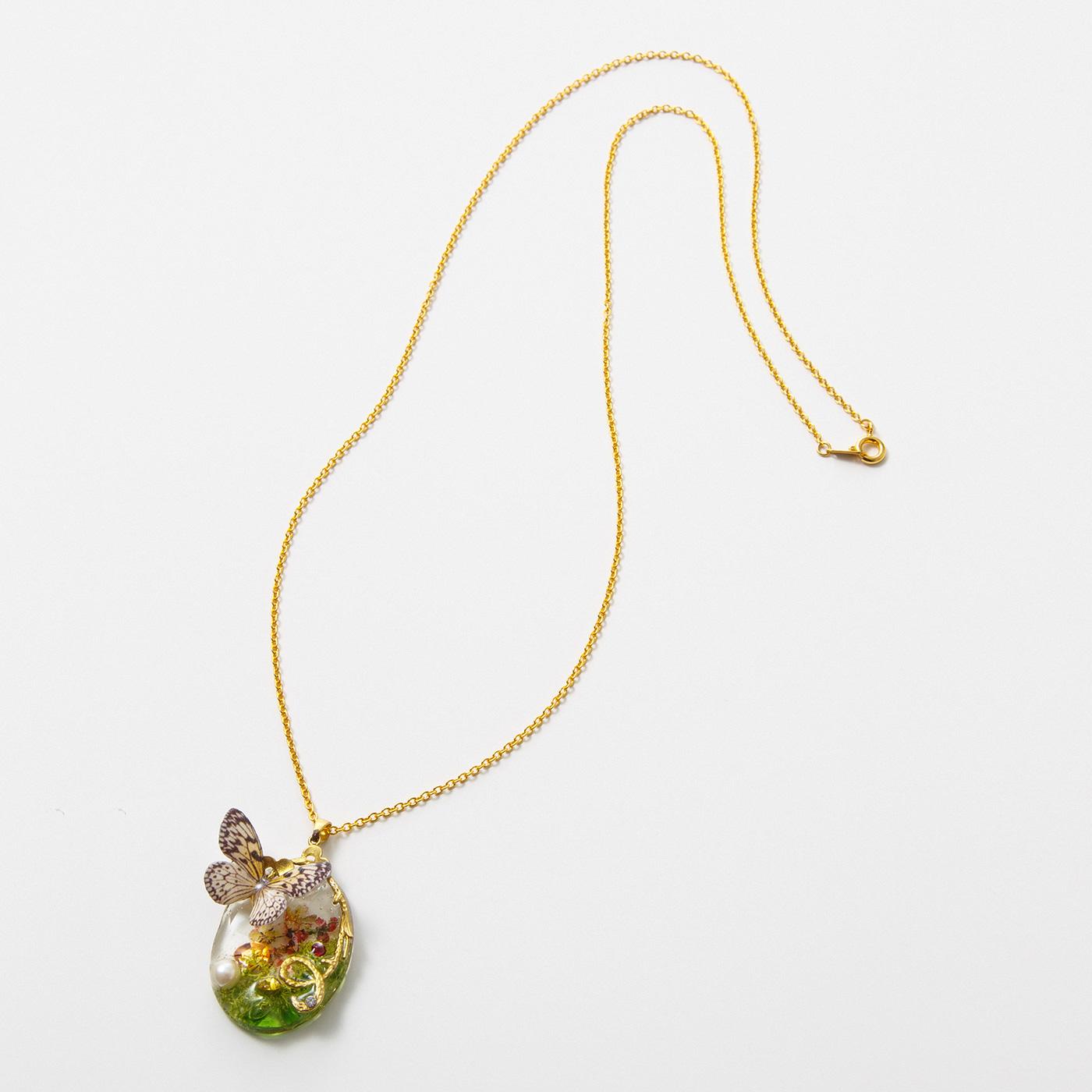 蝶(ちょう)のネックレス 今にも羽ばたきそうな蝶をリアルに表現しています。
