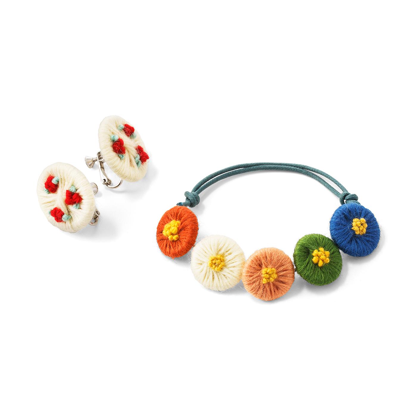 小花のイヤリングとブレスレット