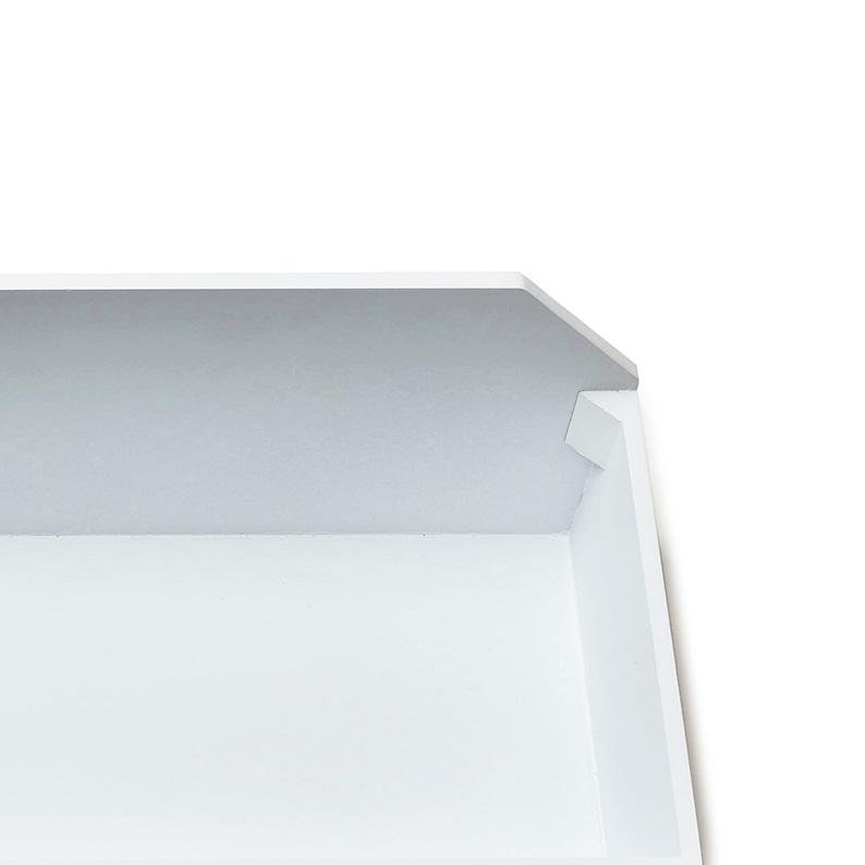 前面部の角を、三角材で補強しています。 ※写真は同シリーズの〈小〉です。