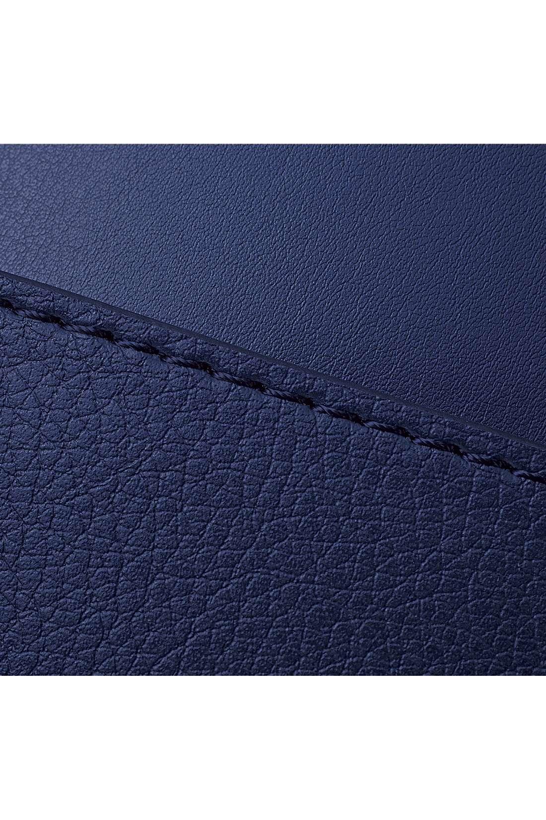 美しい一枚革風の本体に、ポケットはシボ感のある裏側を表にしてニュアンスを出しました。