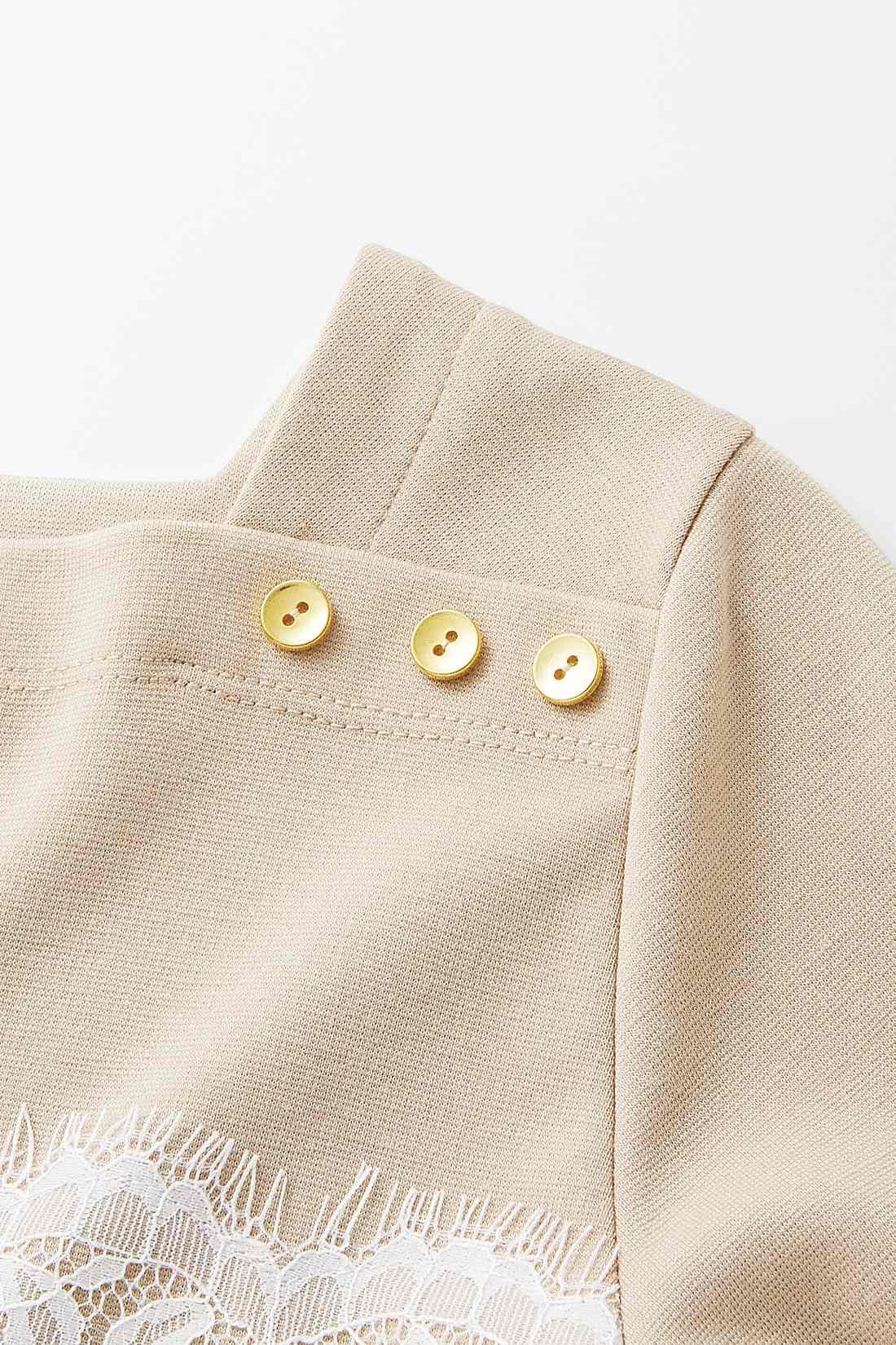 首もとにあしらった金ボタンがポイント。アクセサリーなしでも華やぎます。