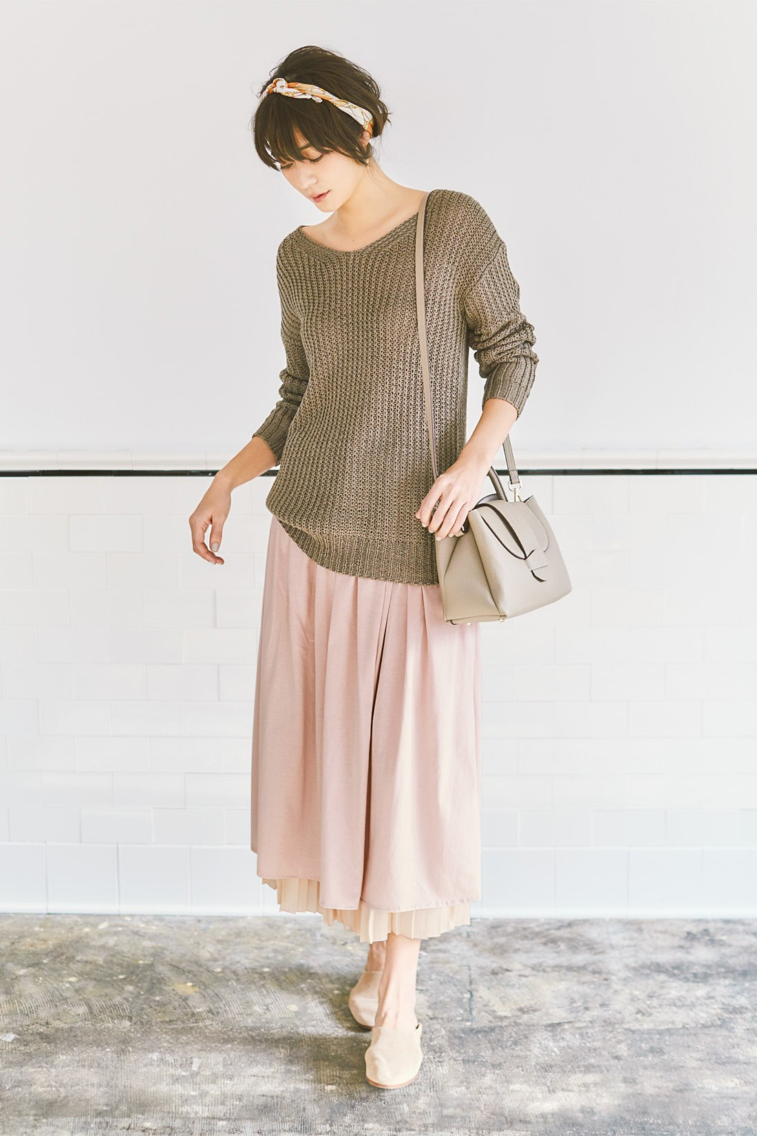 【スカートのみ着用】大人トーンのゆるニットや小物を使ったアースカラースタイルを春らしく軽やかに。