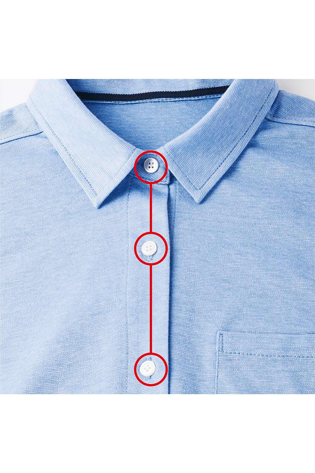 第二ボタンを開けても品よく見える絶妙なボタン配置。※お届けするカラーとは異なります。
