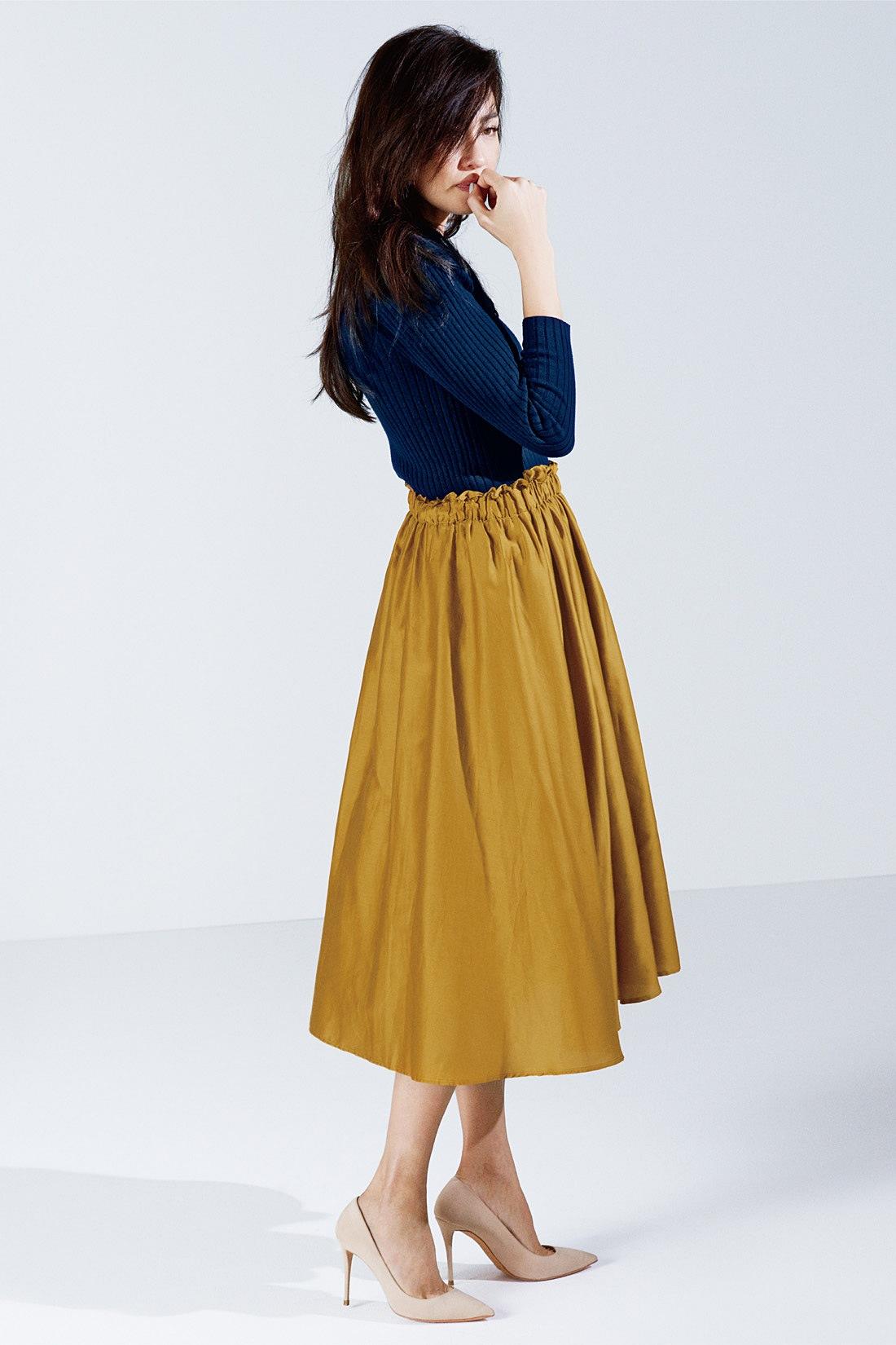 ギャザーのふくらみからすそのラインまで美しい、ただはくだけで絵になる構築的なスカート。シンプルなトップスを合わせるだけで女らしさも艶っぽさも上げてくれる。