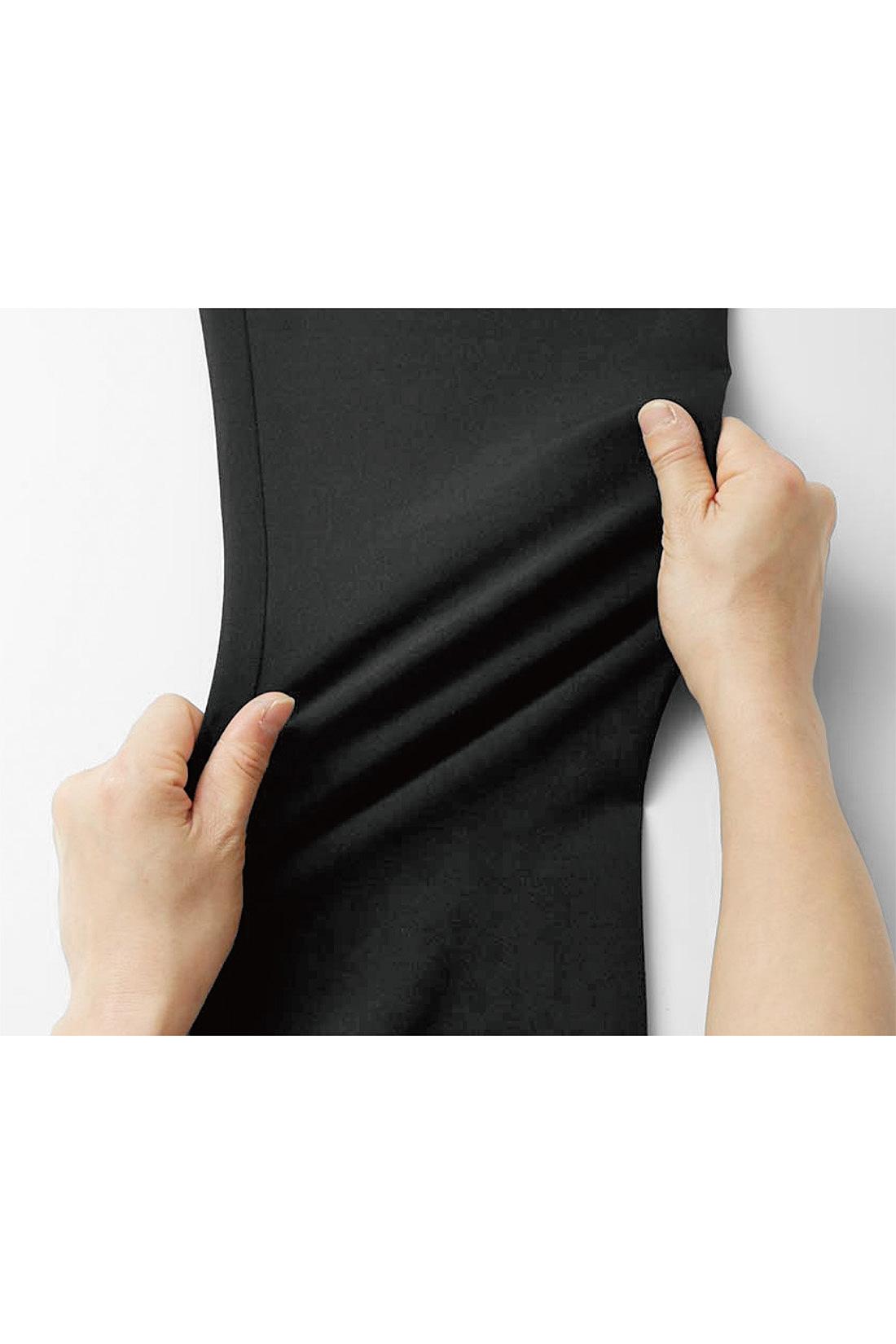 パンツはきちんと見えする素材ながらぐいっと伸びて着心地らくちん。