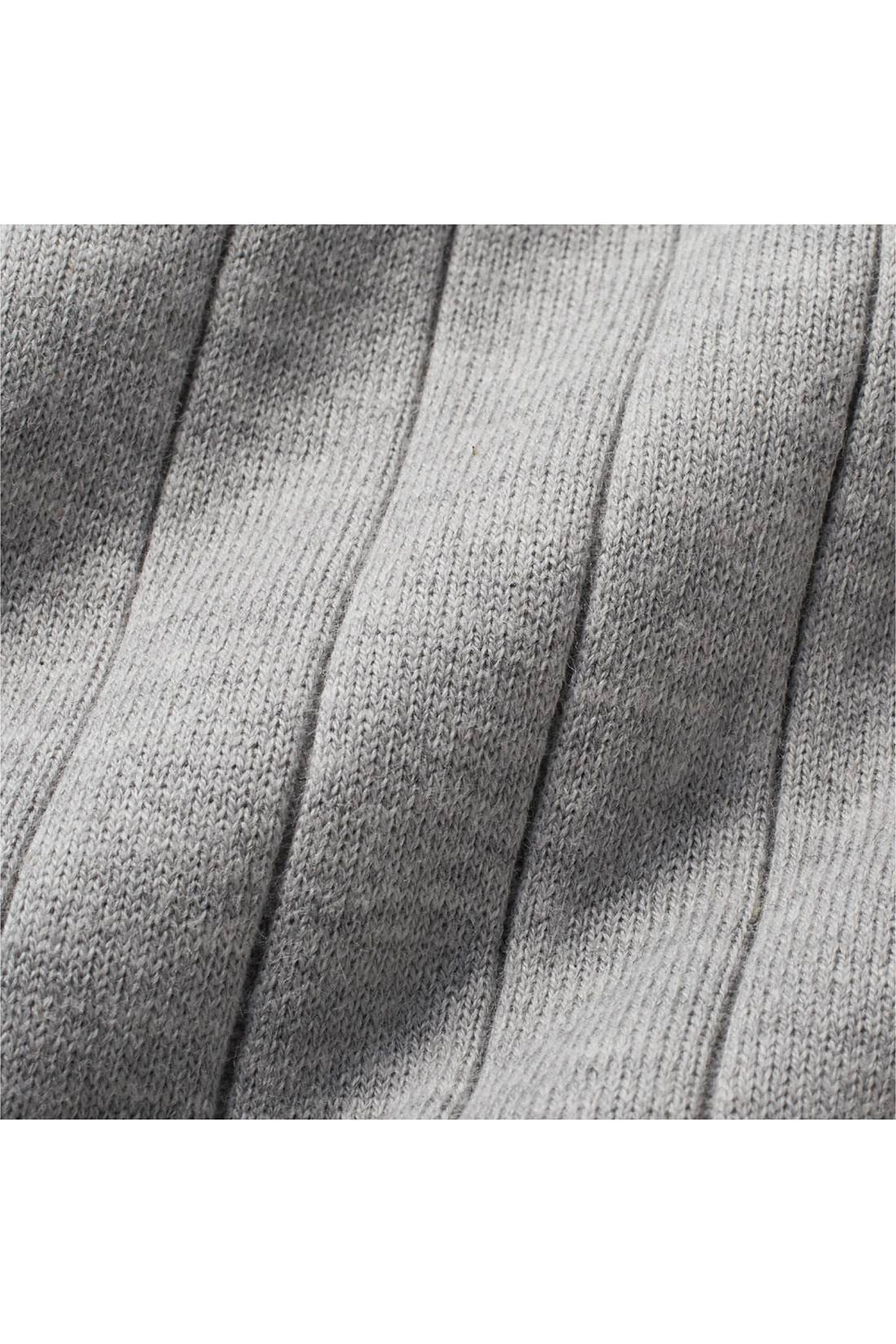 ポリエステル混の綿素材で、ほどよい厚みと張りがあるワイドリブは、からだのラインを拾いにくいです。※お届けするカラーとは異なります。