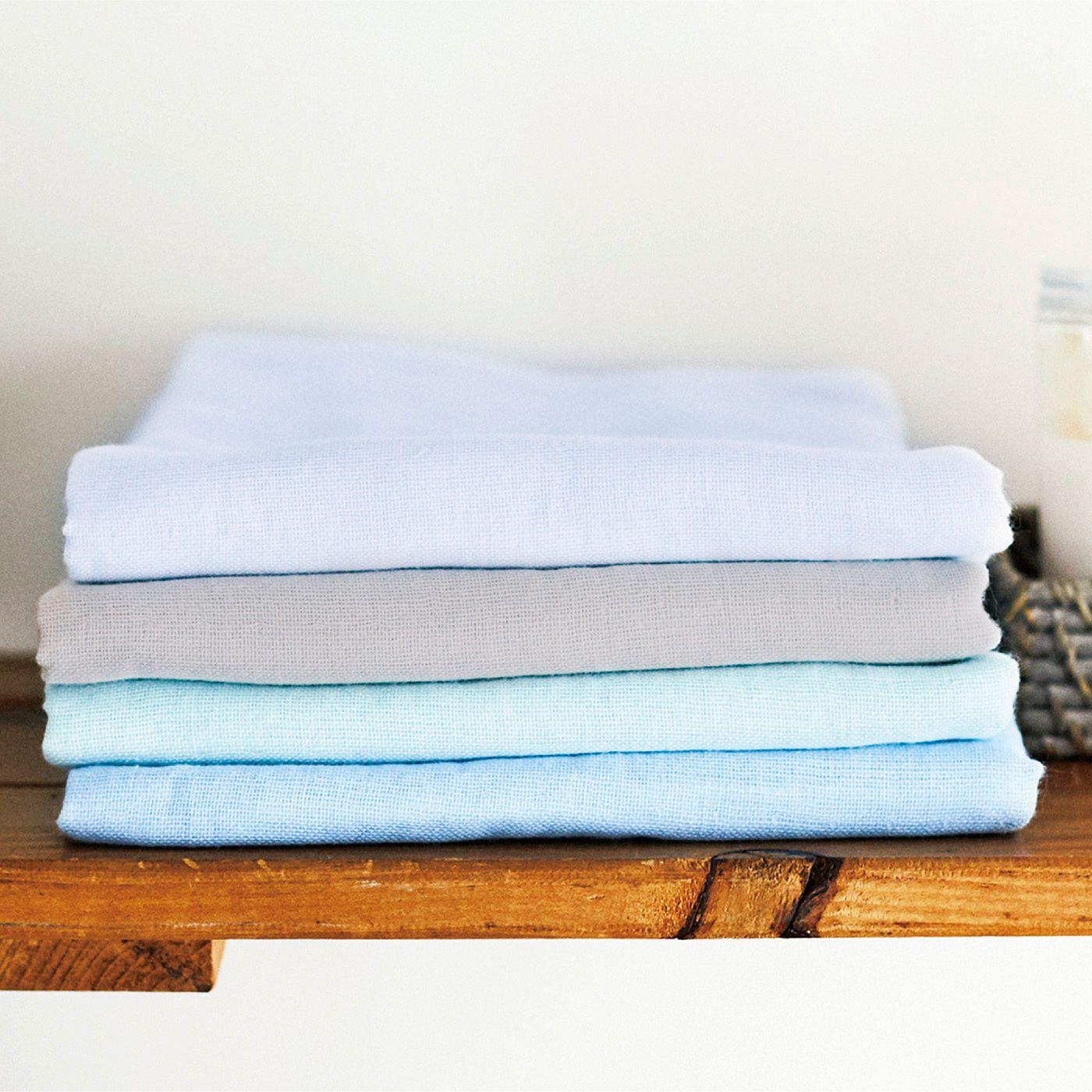 一般のバスタオルと比べると収納場所を取らず、積むだけでグラデーションが様になる4色です。