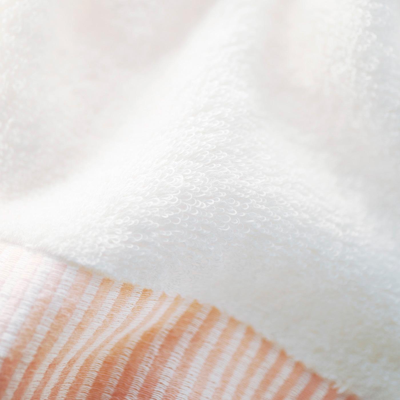 紡糸工程で化学薬品を使わないバイオ製法で作られた糸はやわらかさと吸水の両方を実現。