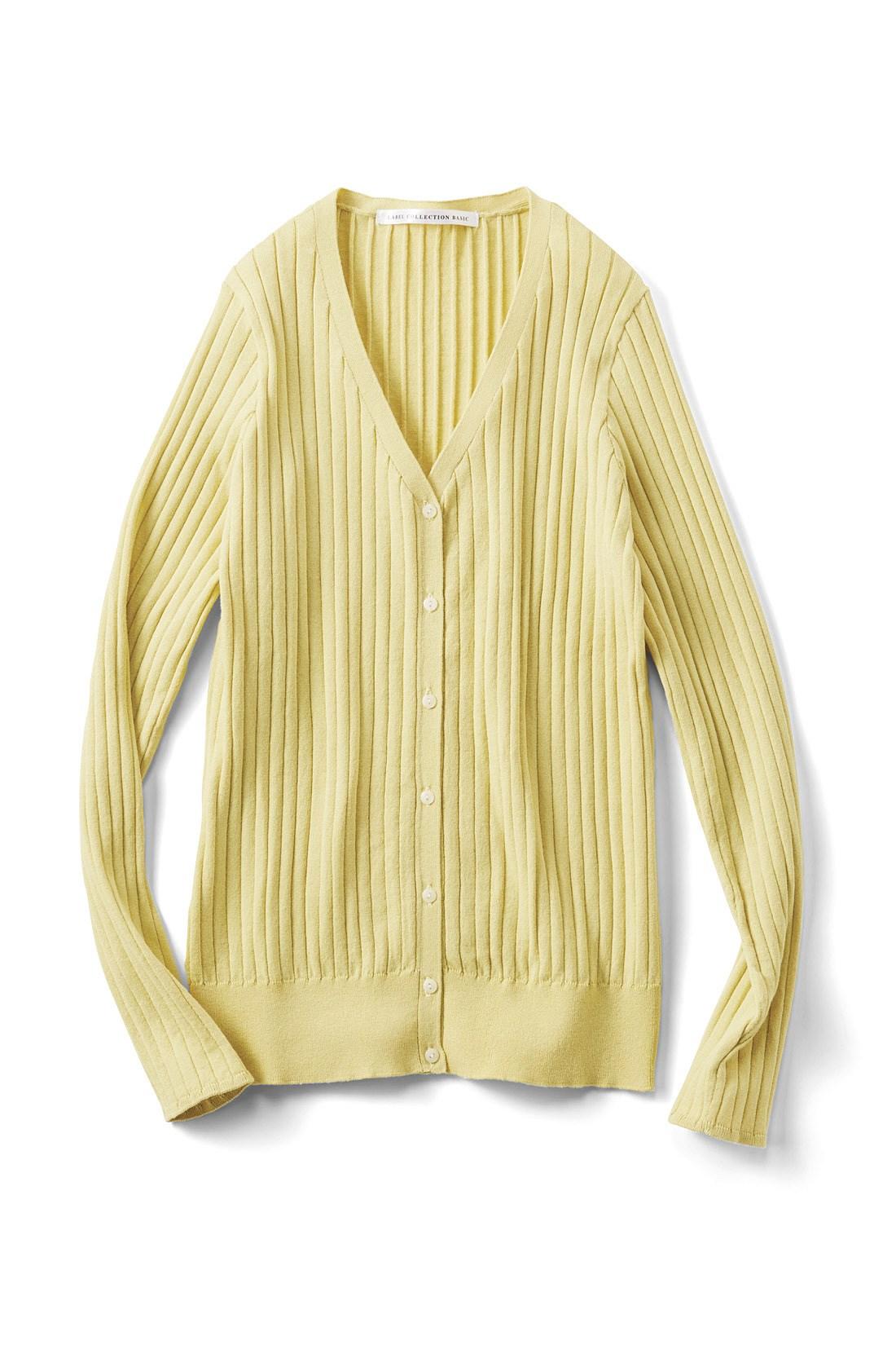 春らしく着映える〈マスタード〉 細いリブ遣いの前立てと小さめの貝調ボタンも上品な雰囲気。編み地続きで仕上げた袖口がきれいめな印象。