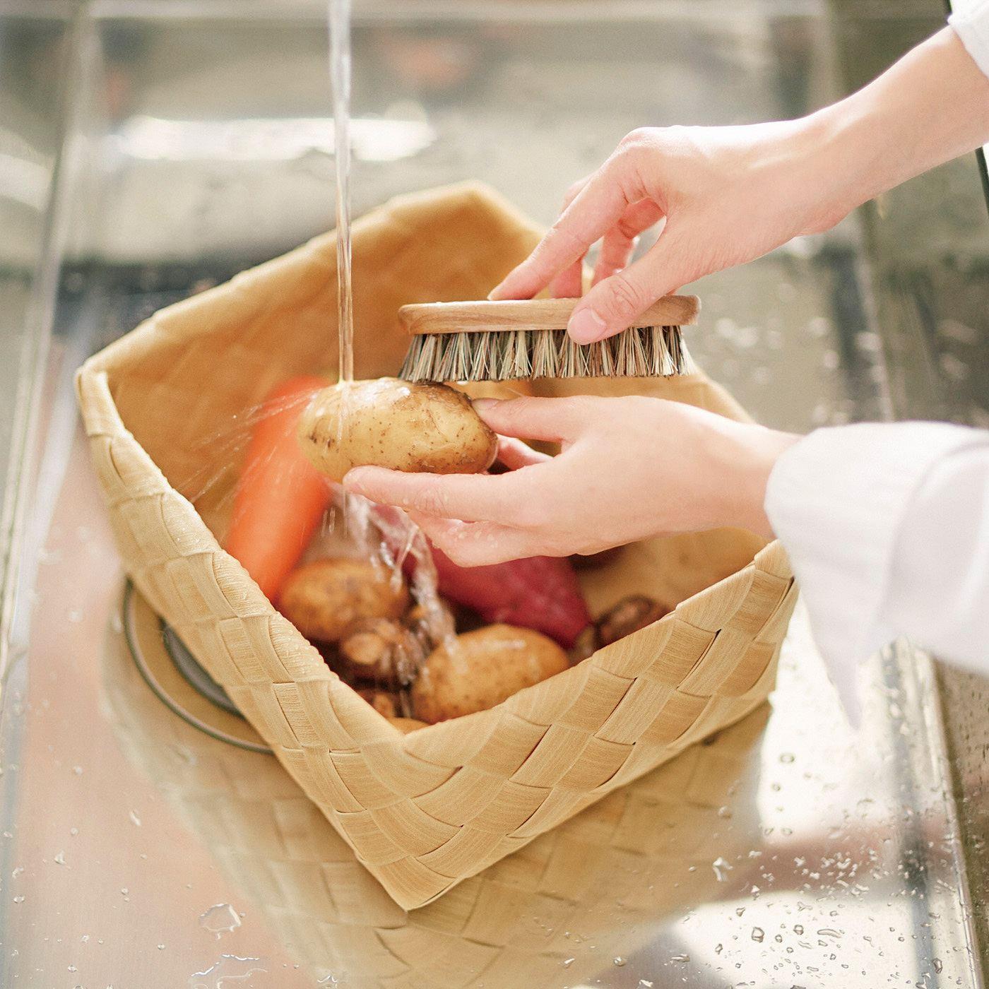 ざる代わりにして野菜も洗えます。野菜のストック入れにはもちろん、そのままジャブジャブ水洗いまでOK。