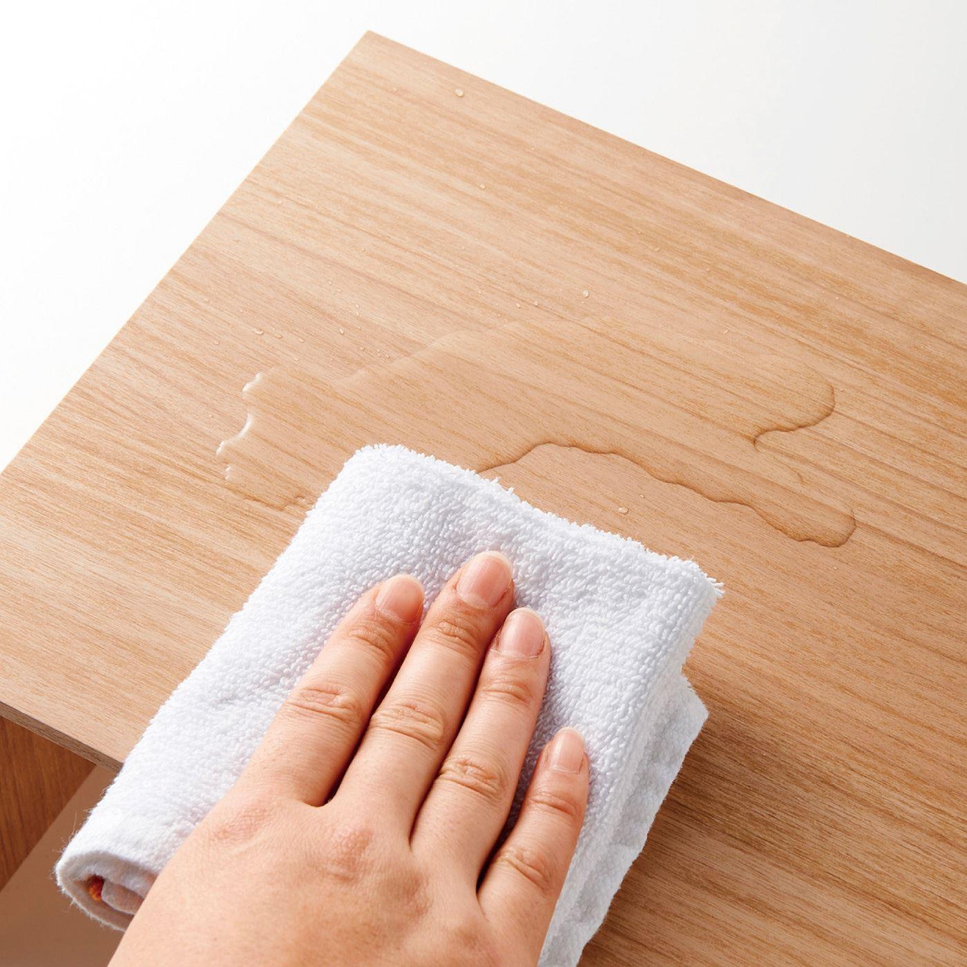 表面の樹脂シートは汚れと傷に強く、水分もさっとふき取れます。