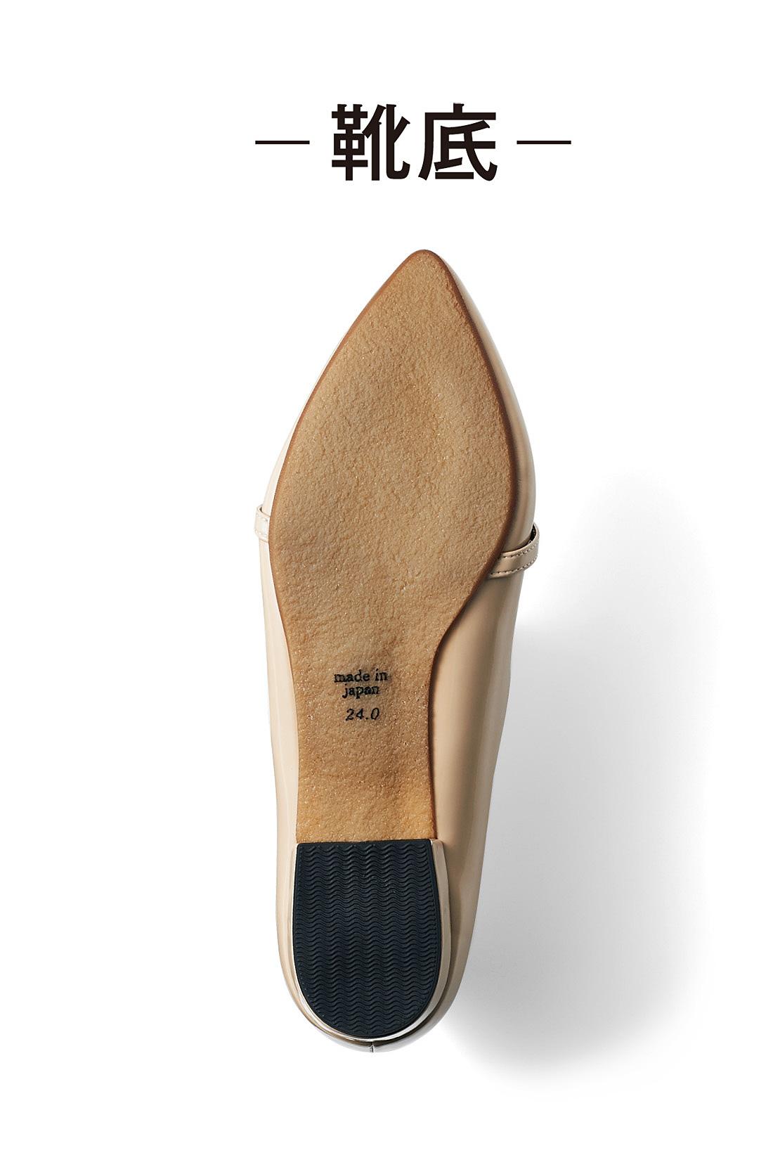 滑りにくい合成ゴムの靴底は歩きやすく、走れそうな快適さ。