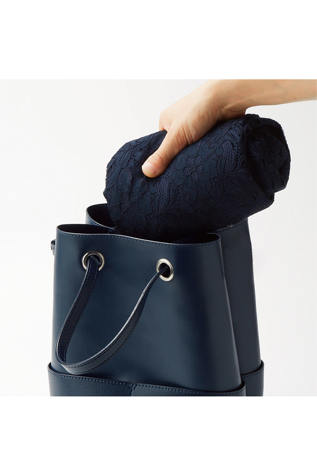 バッグにインも安心な、しわになりにくい素材 軽やかでしわになりにくい素材だから、くるっと丸めてバッグにしまえるのも便利。