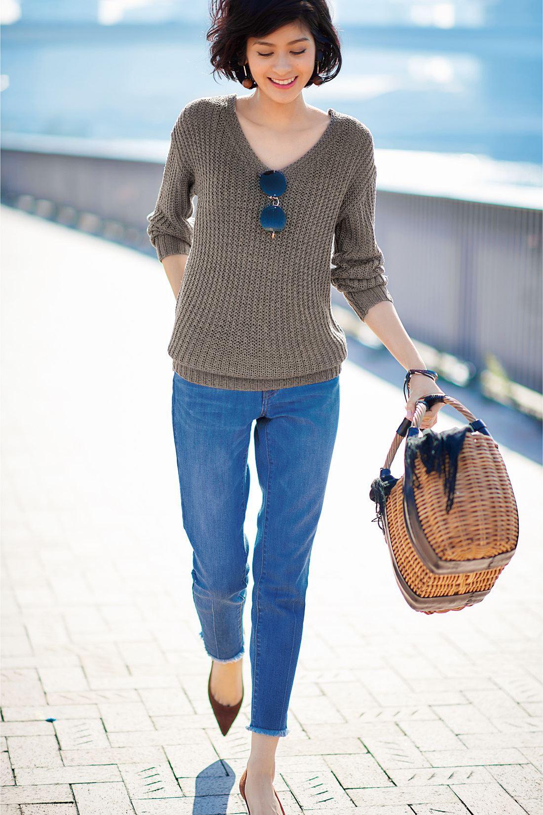 春だからデニムスタイルも肌見せで軽さを出すのが大人の着こなし術。女らしさが漂うゆる編みのニットは袖をプッシュアップして抜け感をつくって。足もともパンプスで軽さをキープ。Vラインの衿もとにサングラスでポイントをつくればさらに視線を引き上げて全身のバランスがスマートな印象になります。
