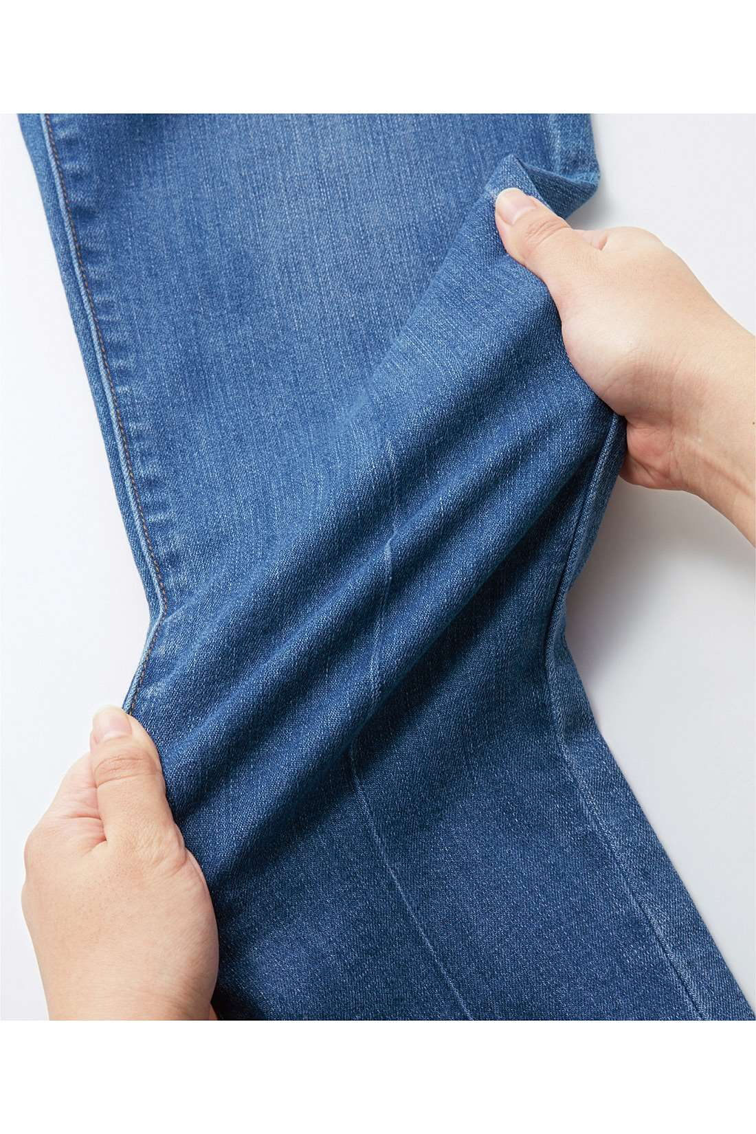 ストレスフリーの軽さが特徴の伸びやかなストレッチ素材。