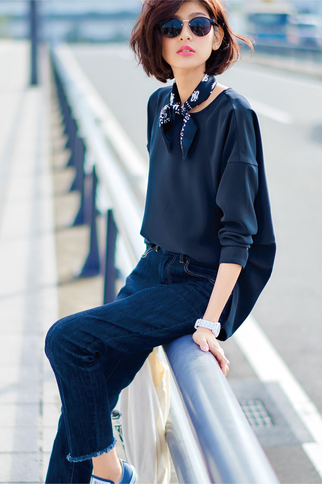 ネイビーのしなやかなブラウスを合わせて足もとはスニーカーでカジュアルに。首もとにスカーフでポイントをつくるとさらに今年らしく旬顔に。