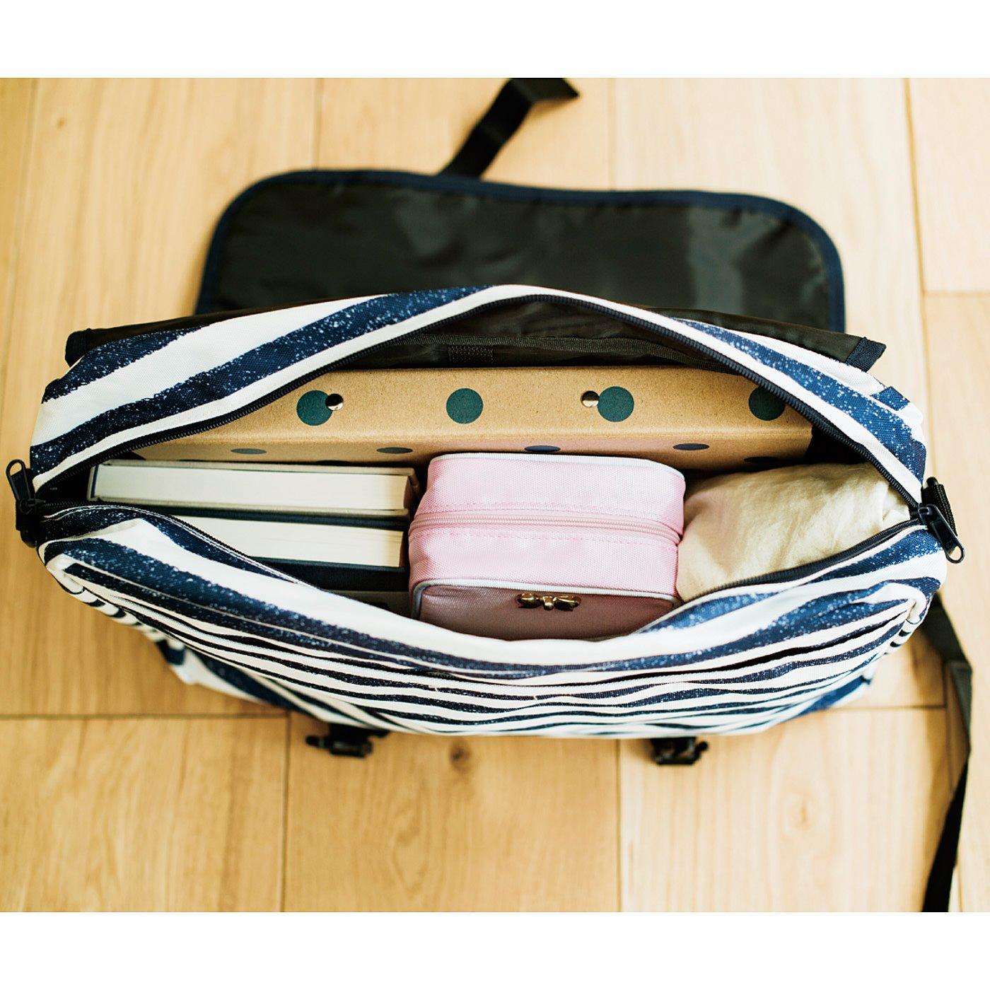バッグの中で収まりのいいスクエアフォルム。