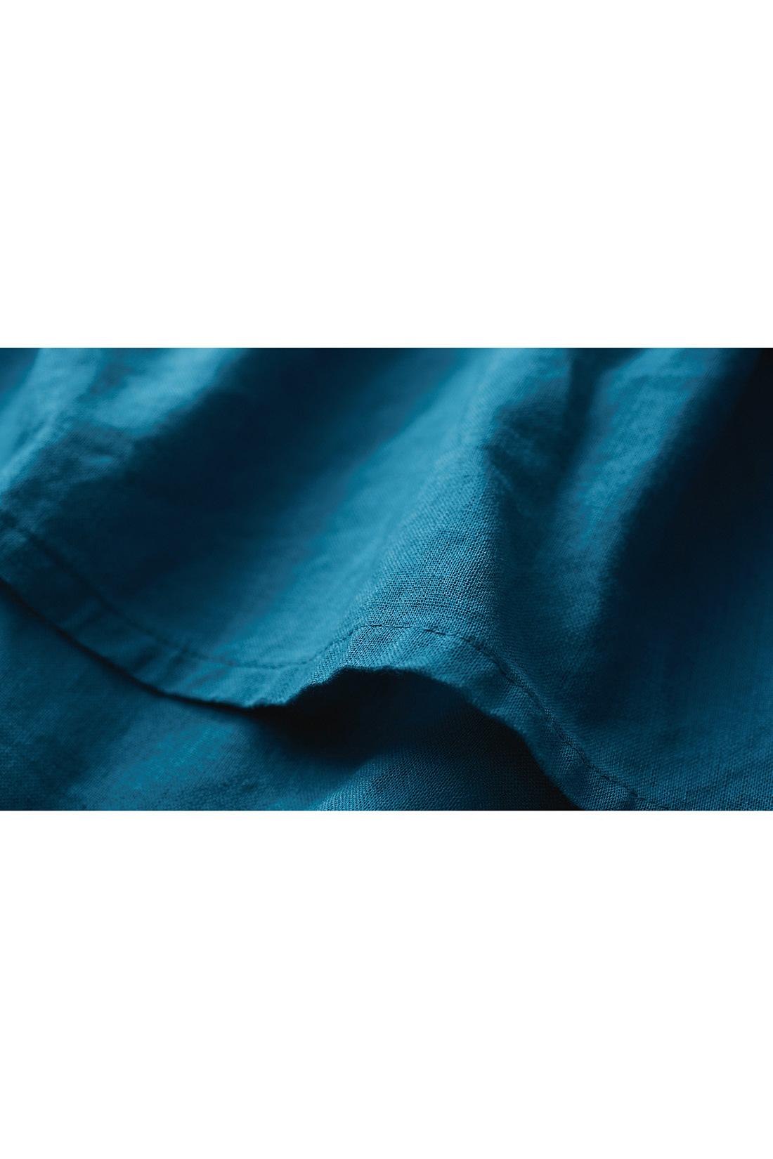 軽く、やわらかなコットンリネン素材は、あえて洗いざらしを着ても。